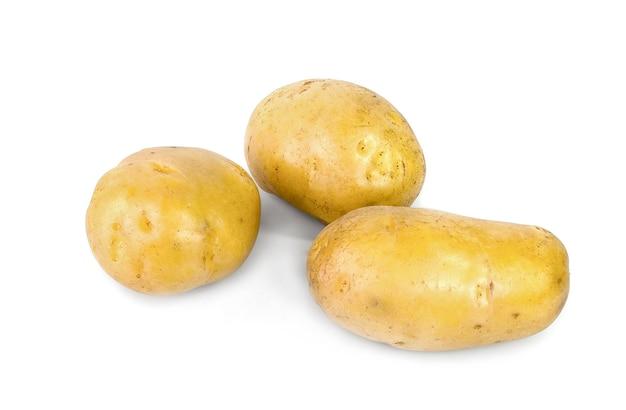 Pommes de terre jaunes entières isolés sur une surface blanche