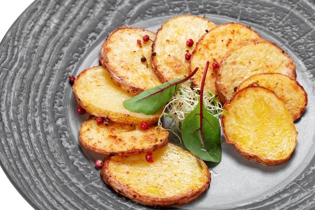 Pommes de terre maison isolés sur blanc