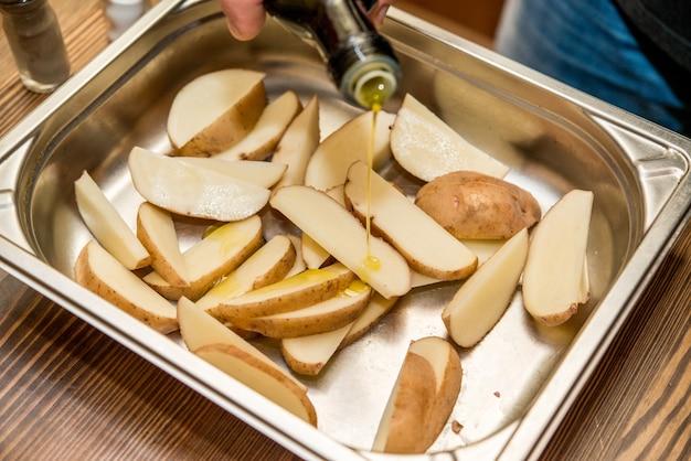 Pommes de terre maison poivre et sel de mer préparés pour la cuisson
