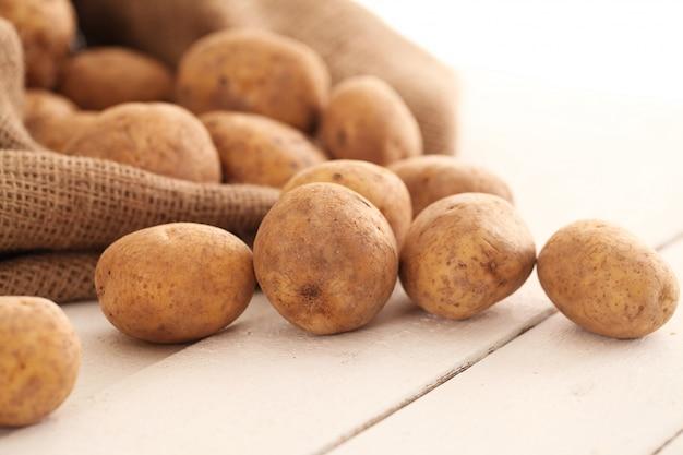 Pommes de terre non pelées rustiques sur une table