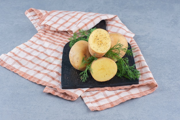 Pommes de terre nouvelles bouillies assaisonnées d'aneth et de beurre. vue de dessus.