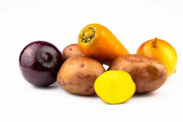 Pommes de terre, oignons et carottes : légumes frais isolés sur fond blanc.