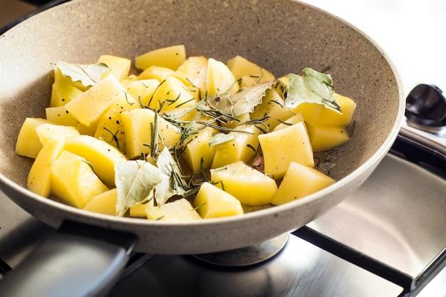 Pommes de terre en pan. fermer