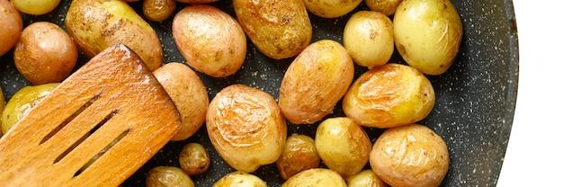Pommes de terre rôties dorées dans la peau. bannière