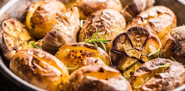 Pommes de terre rôties avec des épices à l'ail et des herbes dans une poêle vintage.