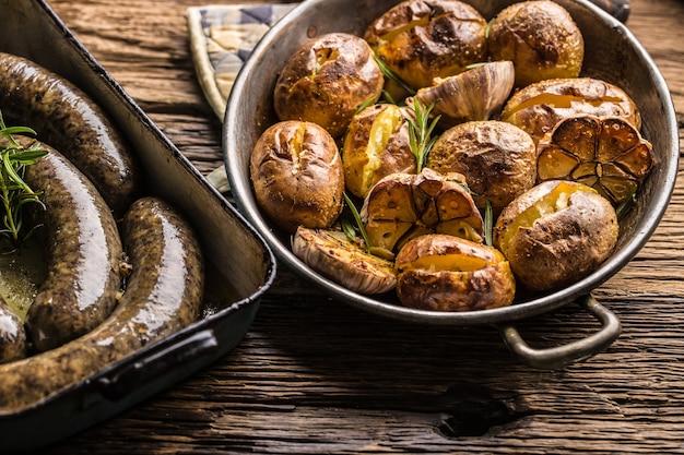 Pommes de terre rôties avec des épices à l'ail jitrnice jaternice et des herbes dans une poêle vintage.
