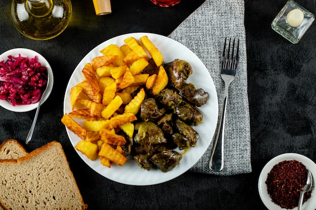 Pommes de terre sautées au foie grillé en plaque blanche servies avec sumakh