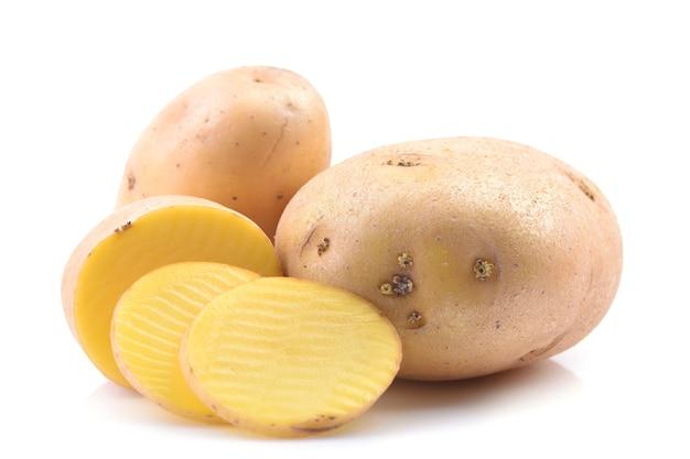 Pommes de terre sur une surface blanche