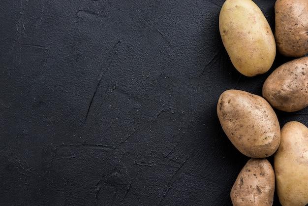 Pommes de terre sur table avec copie-espace