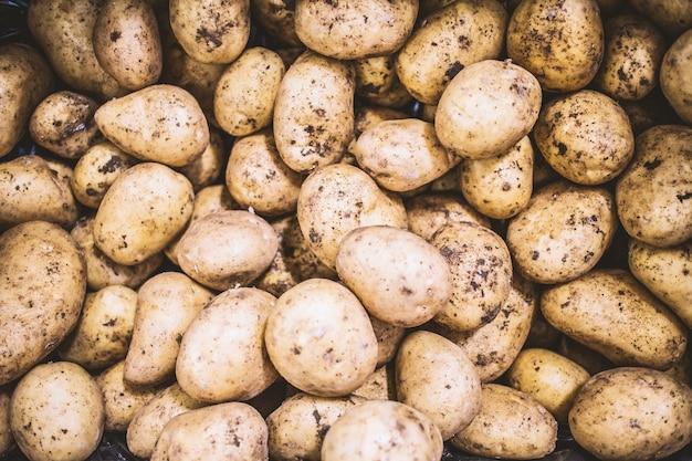 Pommes de terre avec de la terre
