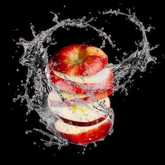Pommes en tranches éclaboussant de l'eau