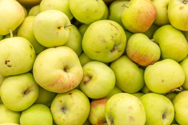 Pommes vertes au supermarché.