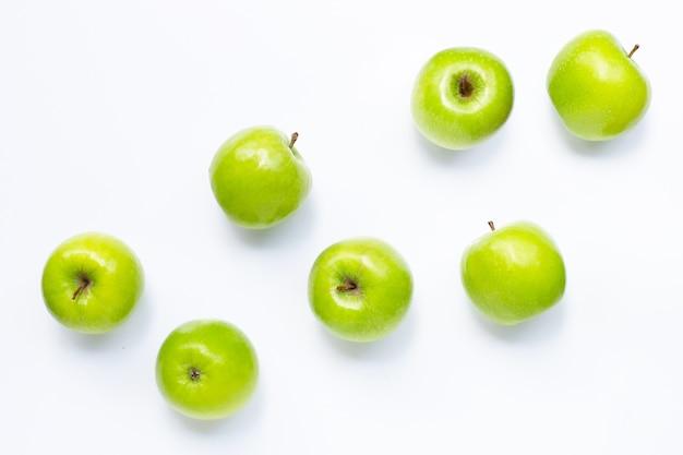 Pommes vertes sur blanc. copier l'espace