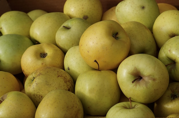Pommes vertes dans le magasin de fruits, pommes fruits au marché