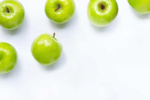 Pommes vertes sur fond blanc. copier l'espace