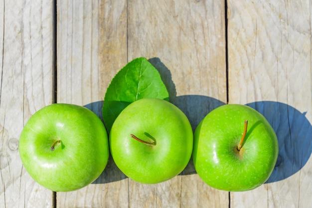 Pommes vertes fraîchement coupées sur table en bois