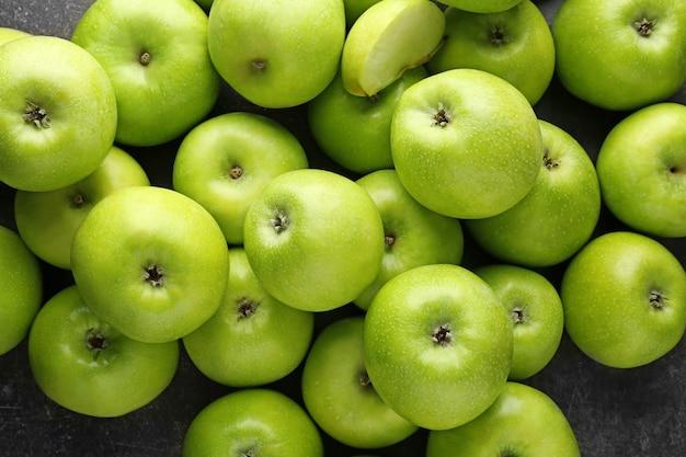 Pommes vertes fraîches sur fond gris