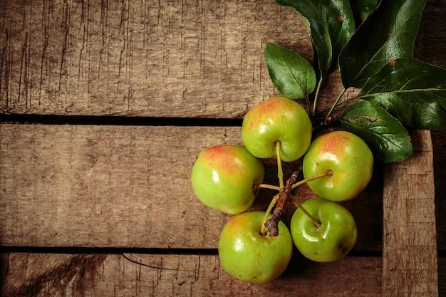 Pommes vertes fraîches sur une vieille boîte