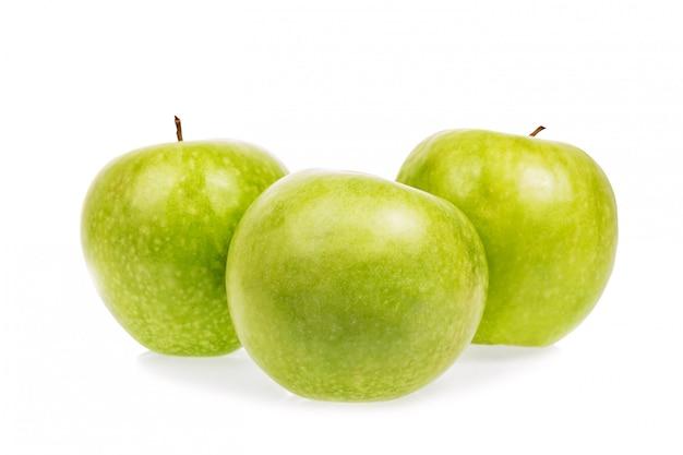 Pommes vertes mûres fraîches isolés sur blanc