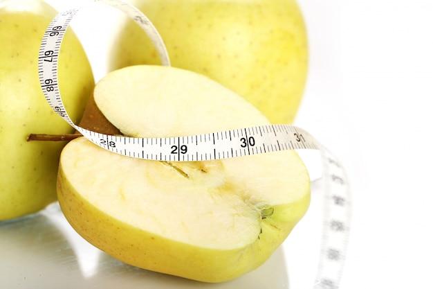 Pommes vertes avec ruban à mesurer