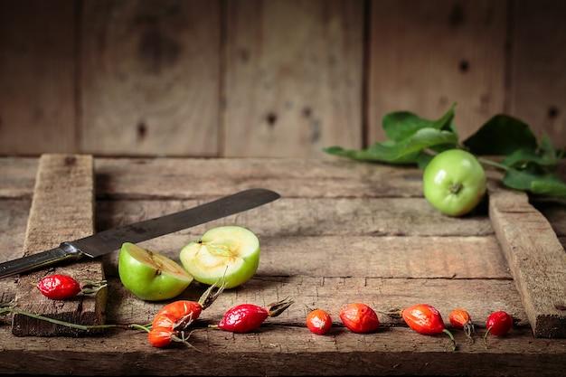 Pommes vertes sur une vieille boîte