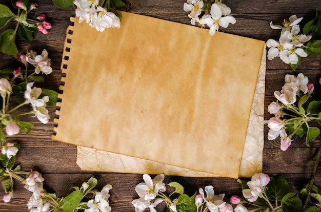 Pommier fleuri sur un fond en bois, modèle vierge