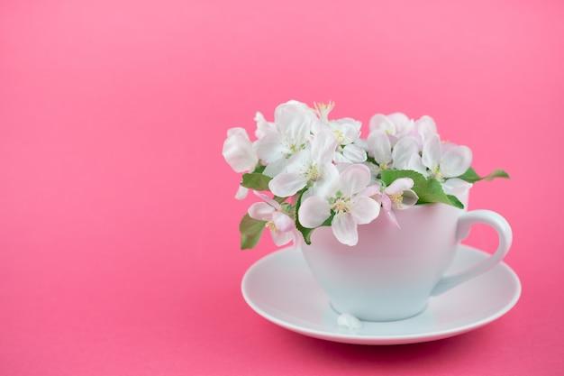 Pommier printemps blanc, fleurs épanouies dans une tasse