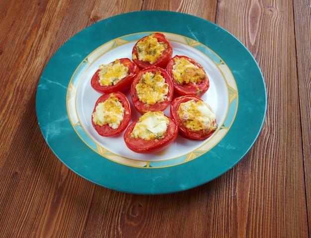 Pomodori al forno - tomates au four farcies à l'italienne avec fromage mozzarella, ail et herbes