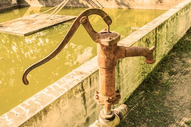 Pompe à eau manuelle, anciennes pompes à commande manuelle.