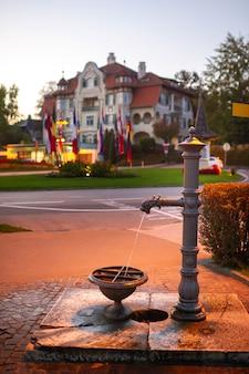 Pompe à eau de la ville dans une rue de velden am worter see