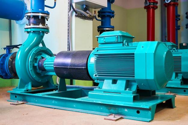 Pompe à moteur bleue debout sur un support en métal.