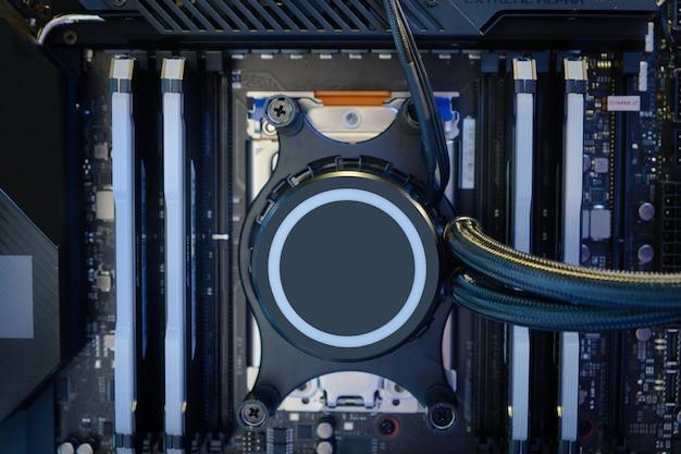 Pompe de refroidissement en gros plan installée sur le socket du processeur sur la carte mère de l'ordinateur