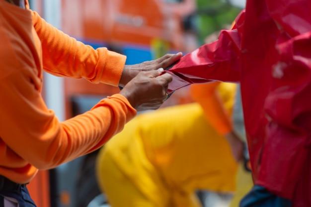 Pompier et combinaison de protection contre les dangers, préparation