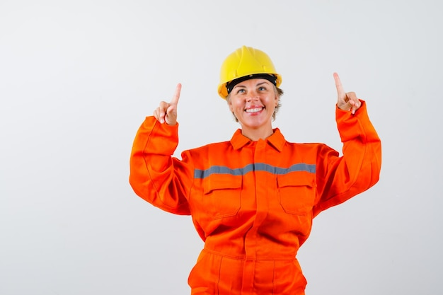 Pompier dans son uniforme avec un casque de sécurité