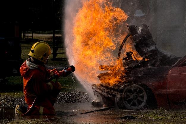 Pompier éclabousser l'eau à la bouche d'incendie