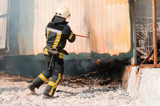 Pompier éteint le feu. le concept de sauver des gens dans un incendie