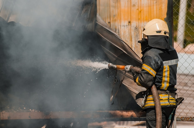 Un pompier éteint un incendie