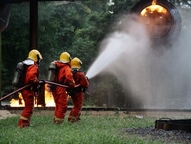 Pompier formation d'urgence en cas d'incendie en action