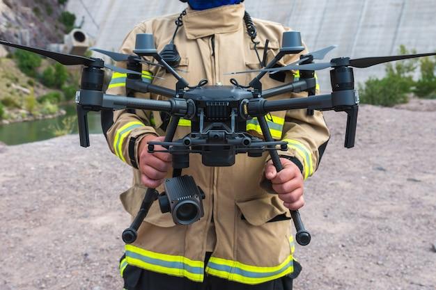 Pompier opérant un drone en recherche et sauvetage