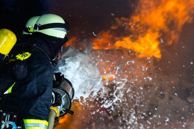 Pompier, pompiers éteignant un grand incendie
