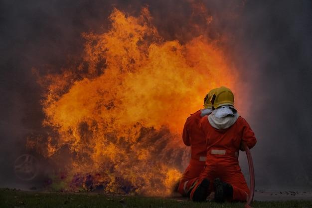 Un pompier utilise de l'eau pour combattre le feu