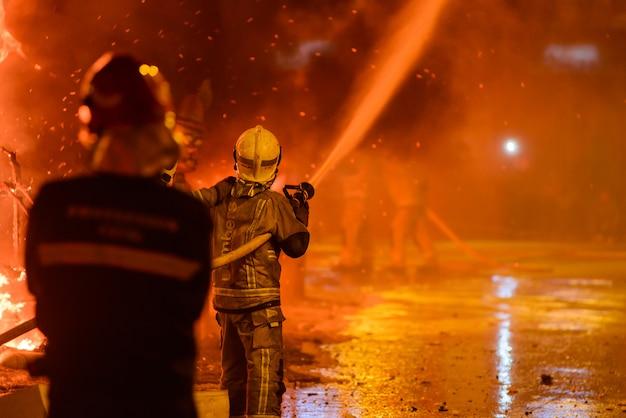 Les pompiers au festival traditionnel de l'espagne