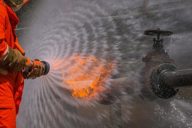 Pompiers en formation pour une situation d'urgence