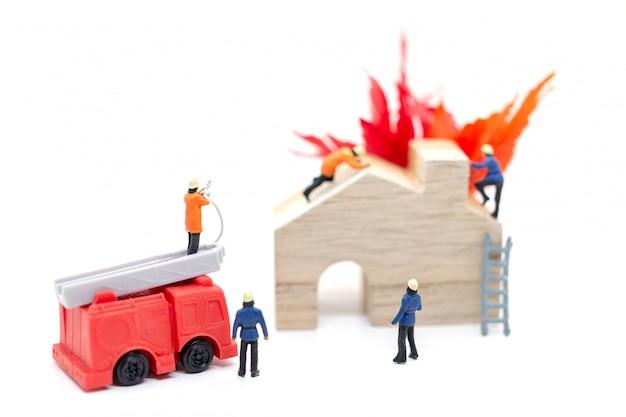 Les pompiers munis de pistolets à eau s'occupent des urgences en cas d'incendie