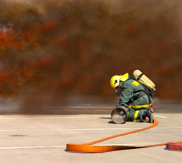 Les pompiers en opération entourent de fumée.