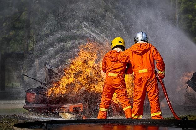 Les pompiers pulvérisent de l'eau à haute pression pour tirer