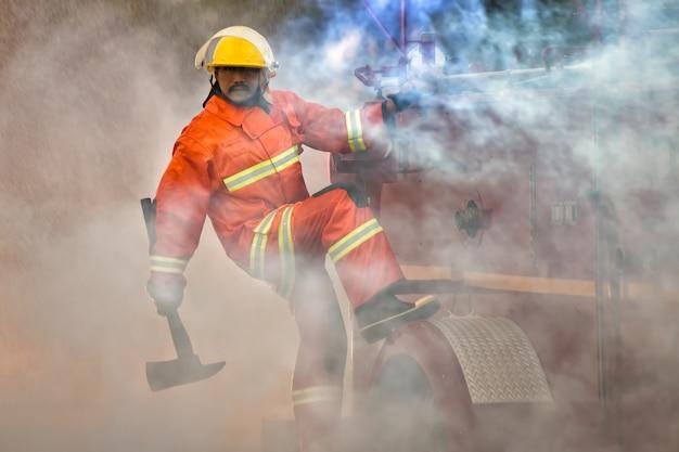 Les pompiers se préparent à venir en aide aux victimes de l'incendie.