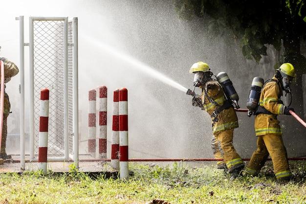 Pompiers avec tuyau