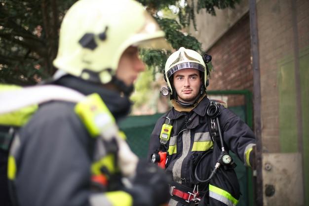 Pompiers en uniforme