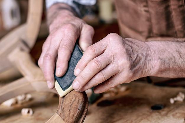 Ponçage mains charpentier